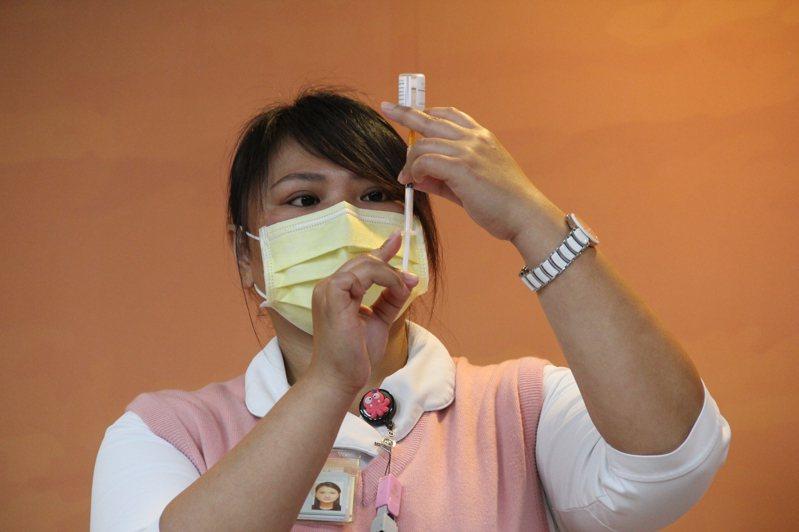 首批AZ疫苗打氣低迷,指揮中心將持續放寬施打對象。  記者陳俊智攝影/報系資料照