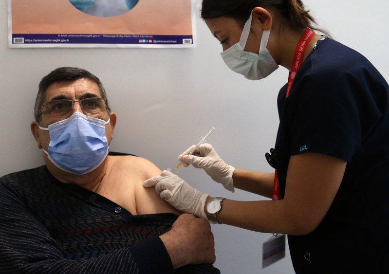 圖為土耳其一名男子在土耳其安卡拉接種新冠疫苗。 新華社