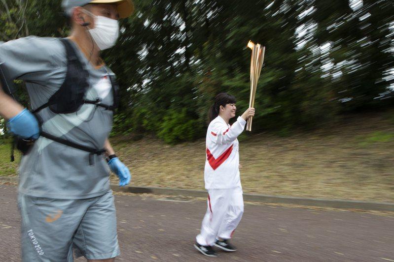 因疫情升溫,繼大阪府日前將傳聖火改為不公開進行後,沖繩縣也研擬跟進。 美聯社