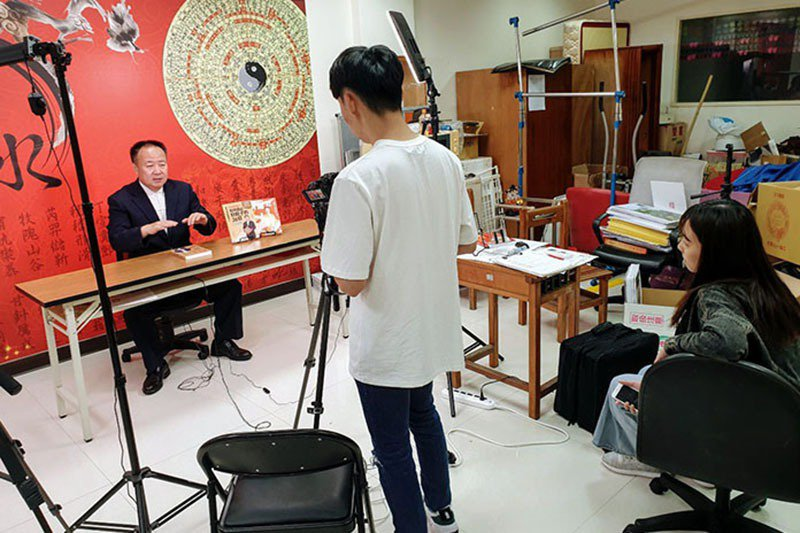 謝沅瑾老師為台灣最知名的國際級易經風水命理大師,長期接受國內外各大電視與平面媒體採訪。
