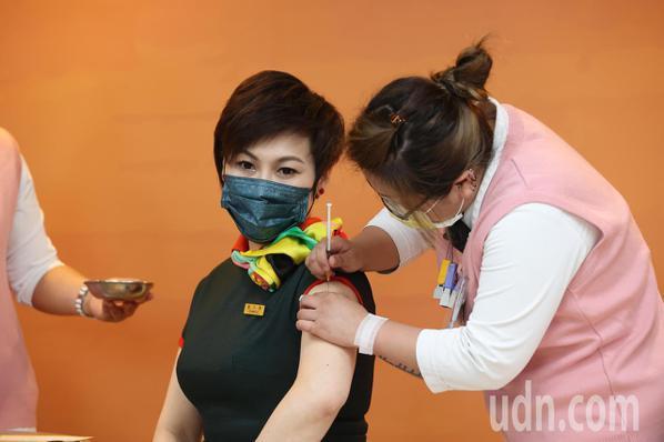 首批AZ疫苗打氣低迷,指揮中心宣布,四月二十一日起開放自費接種。至於機組人員如完...
