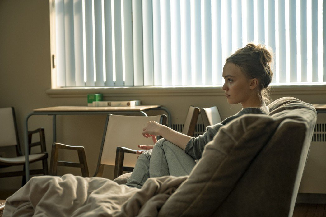 強尼戴普女兒莉莉蘿絲戴普飾演藥物成癮患者,展現精湛演技。圖/甲上提供