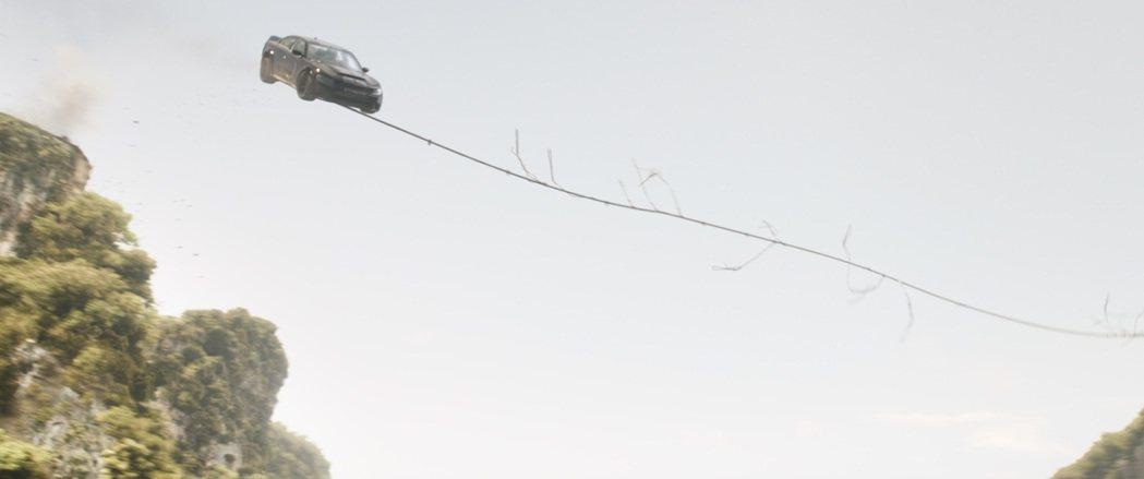 「玩命關頭9」的汽車特技愈來愈令人歎為觀止。圖/UIP提供