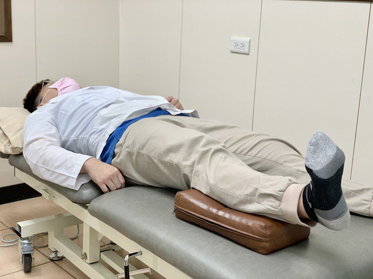 第一招「腳踝幫浦」運動,在患肢小腿墊上毛巾(或較硬質枕頭),腳踝往上勾、之後往下...