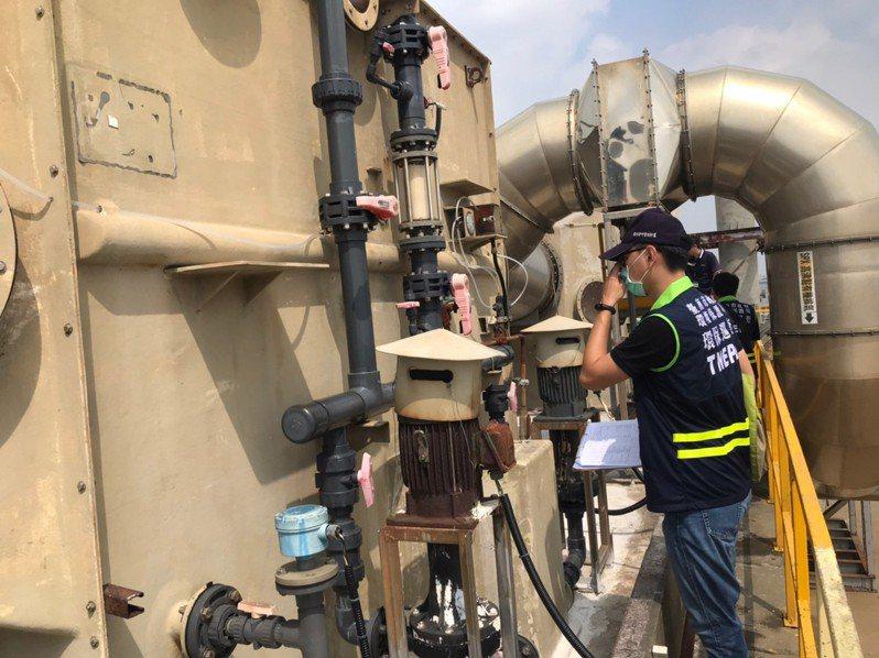 維護空氣品質,台南市環保局加強工廠稽查,了解有無依許可證的內容操作。圖/台南市環保局提供