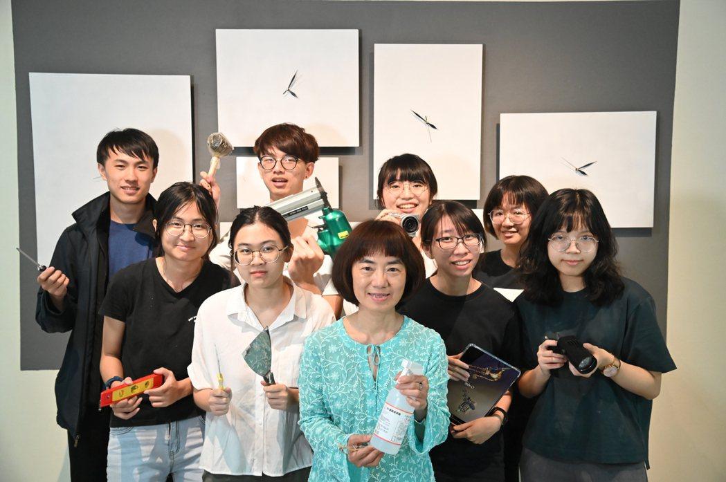 清華藝術學院學士班主任陳珠櫻(前中)指導學生創作科技藝術作品。圖/清大提供