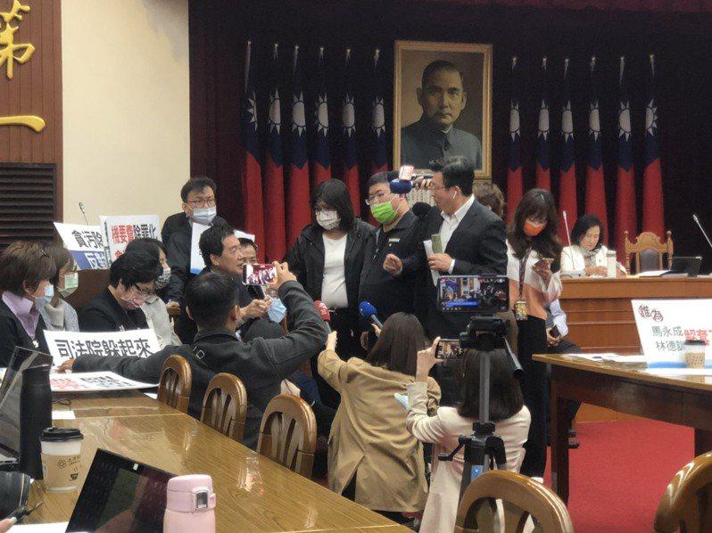 國民黨占據發言台。記者李承穎/攝影