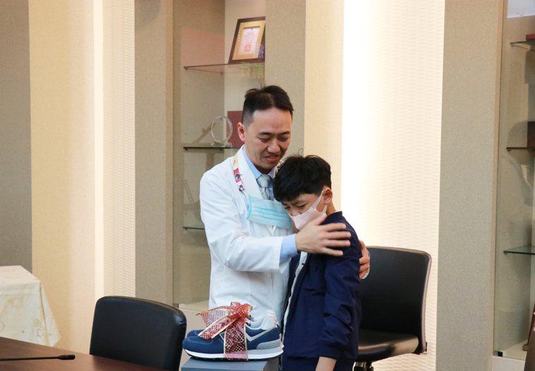 劉童感謝陳俊和醫師,助他不用拿拐杖可以行走。記者卜敏正/翻攝