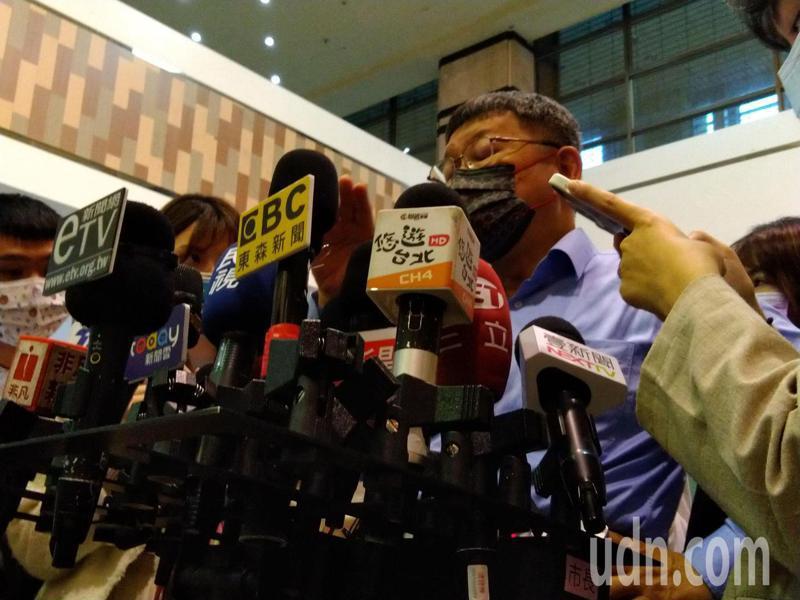 台北市政府公營的台北廣播電台,遭爆頻找台灣民眾黨黨員上節目,市長柯文哲今表示,這的確不對,已通知觀傳局處分。觀傳局表示,先暫停該主持人錄製及播送,未來也會針對節目內容改進。記者林麗玉/攝影