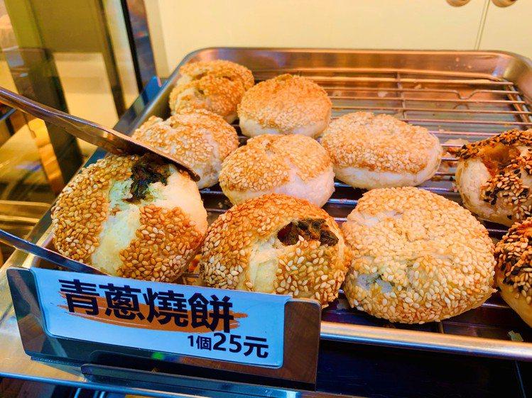 全家便利商店4間門市限定販售「FAMI HOT食堂」中、日式炸烤物,「青蔥燒餅」...