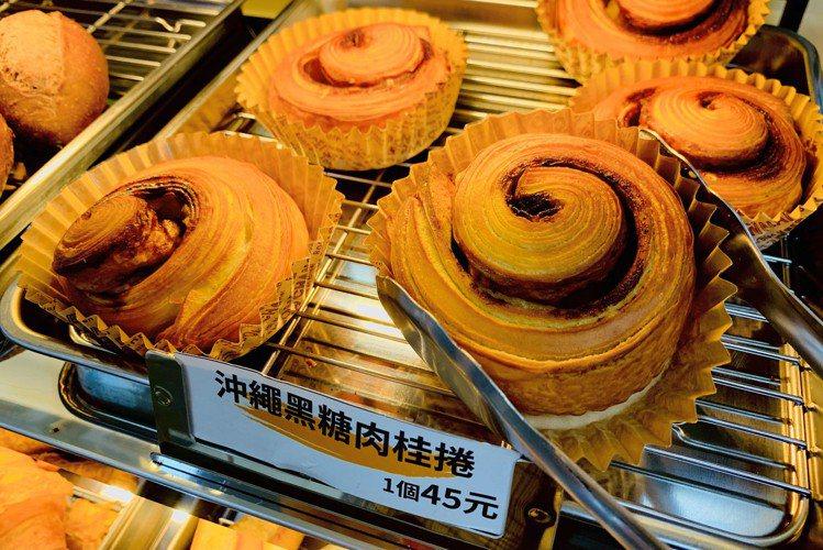「全家便利商店 X 野上麵包坊」推現烤點心,4月21日起推出「沖繩黑糖肉桂捲」,...