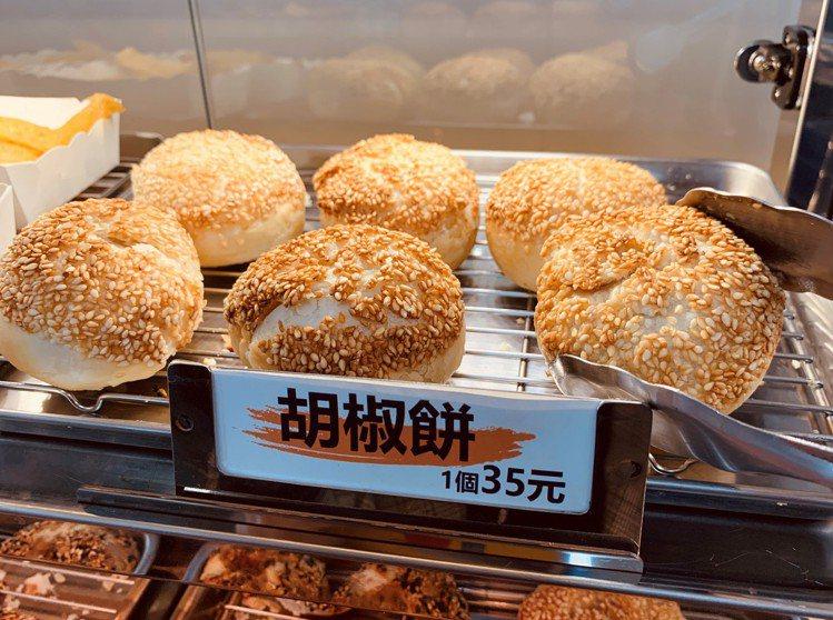 全家便利商店4間門市限定販售「FAMI HOT食堂」中、日式炸烤物,「胡椒餅」售...
