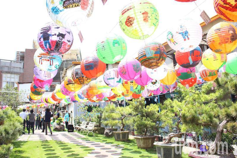 彰化市光華里社區公園高掛燈籠,剛好有遮陰效果。記者林敬家/攝影