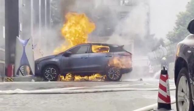 小鵬汽車14日在廣州鬧區天河區大都會廣場發生自燃,現場火勢兇猛。圖源:新快報