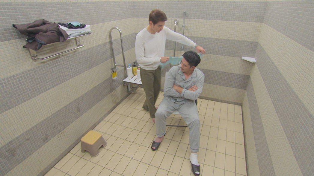 倪齊民(左)在「多情城市」中劇中幫柯叔元洗澡。圗/民視提供
