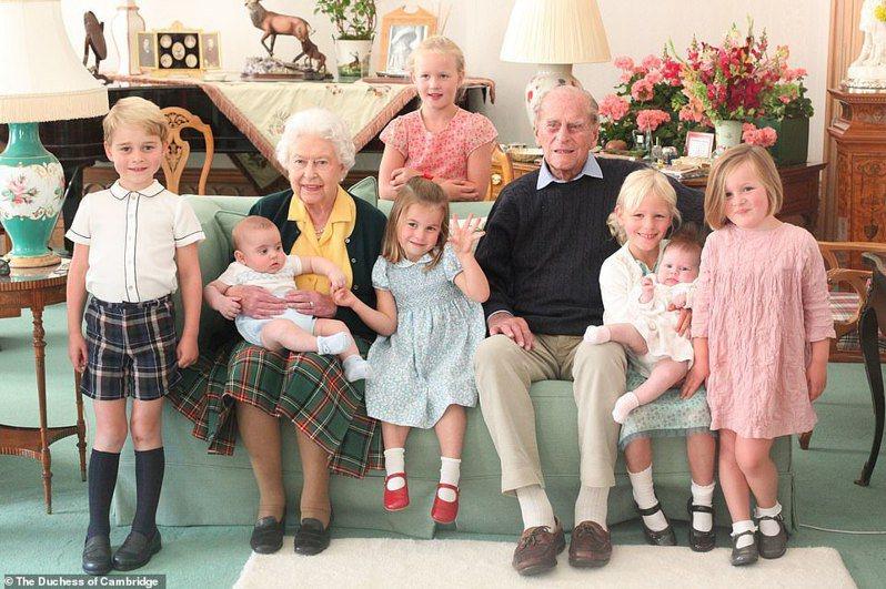 英國威廉王子和凱特近日在IG上分享一張親王與七位曾孫合影的溫馨照片。截自IG(@Duke and Duchess of Cambridge)