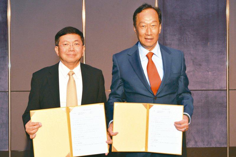 鴻海董事長郭台銘(右)近日宣布,將耗資50億元成為台康生技最大股東,是否可能藉由本身影響力,透過台康跟上海復星購買BNT疫苗,也成生技業的另一個想像。圖/台康生提供