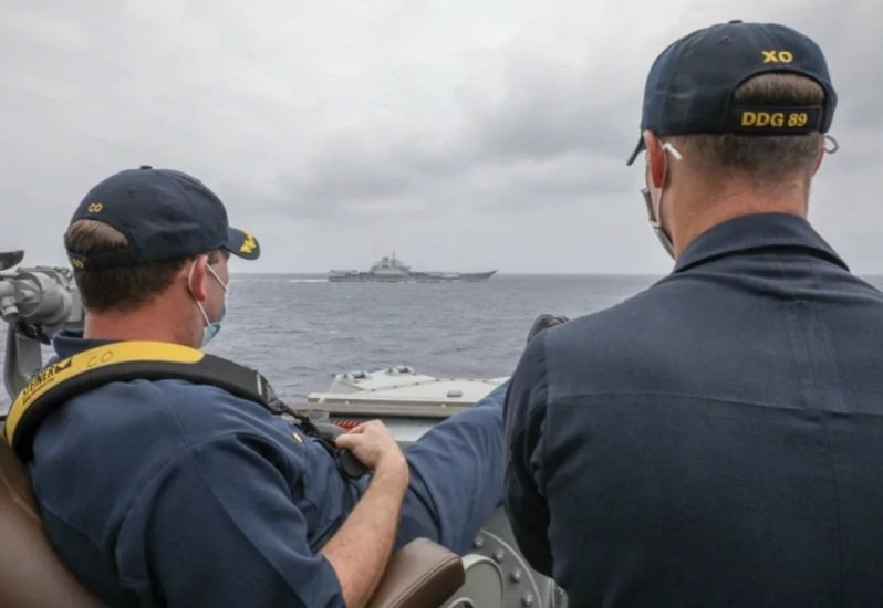 美國海軍公布柏克級(Arleigh Burke-class)神盾驅逐艦「馬斯廷號」(USS Mustin DDG 89)4月4日在菲律賓海近距監控解放軍航空母艦遼寧號的照片。該艦長甚至將脚翹起。圖/美國海軍官網