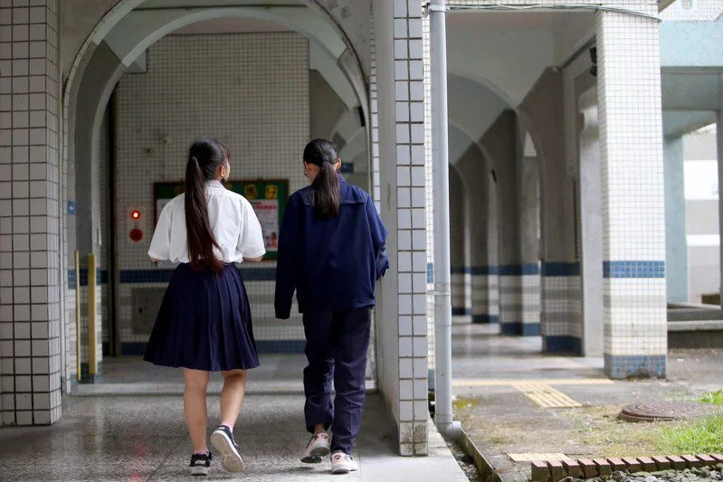 人本基金會調查,全國至少152所高中還有違法校規,包括禁止修眉、女生強制穿白色內衣、男生理平頭、禁愛令、搜索書包與宿舍等。本報資料照片
