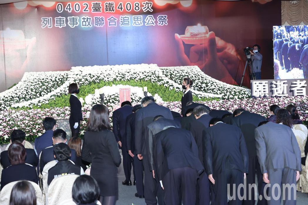 台鐵太魯閣事故今天舉行聯合追思公祭,蔡英文總統率員向罹難者致意。記者潘俊宏/攝影