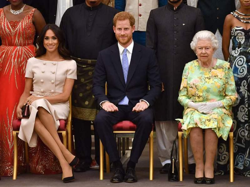 英國菲立普親王葬禮定於17日舉行,由於哈利王子(中)先前退出王室之舉導致他連帶失去軍職,屆時只能穿「西裝」出席喪禮。不過英國女王伊麗莎白二世(右)可能批准王室成員不在親王葬禮上「穿軍裝」。法新社