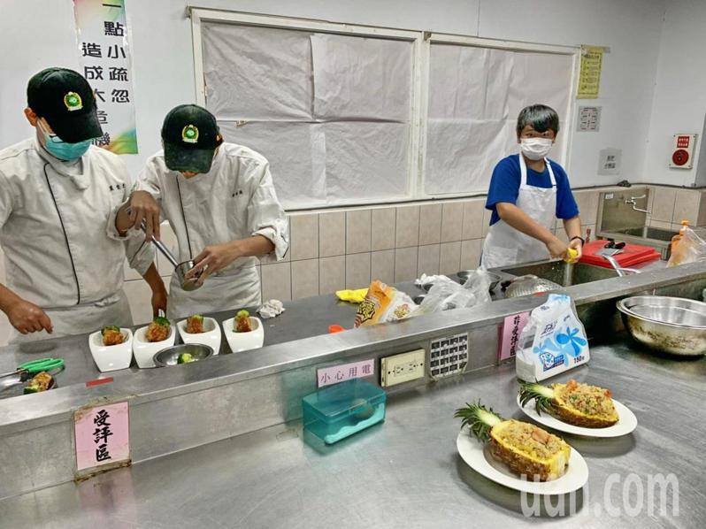 南投縣農會主辦一起吃鳳梨創意料理競賽,宣導鳳梨是水果之外也可以入菜料理。記者黑中亮/攝影