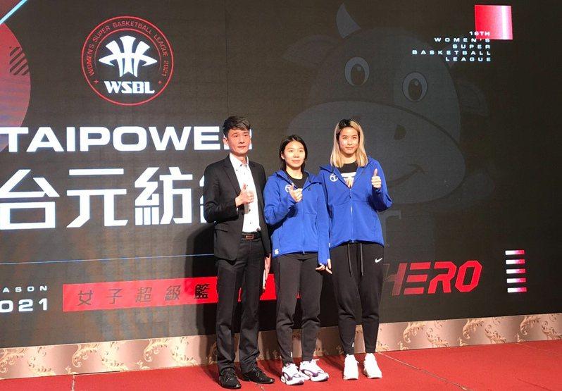 台元女籃教練邱啟益(左1)認為取消保護名單將有助於第5隊進場。記者劉肇育/攝影