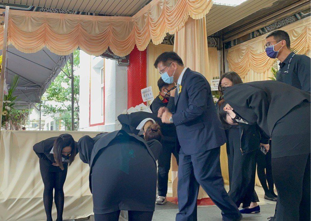 交通部長林佳龍被問及准辭問題,快步離去。記者曹悅華/攝影