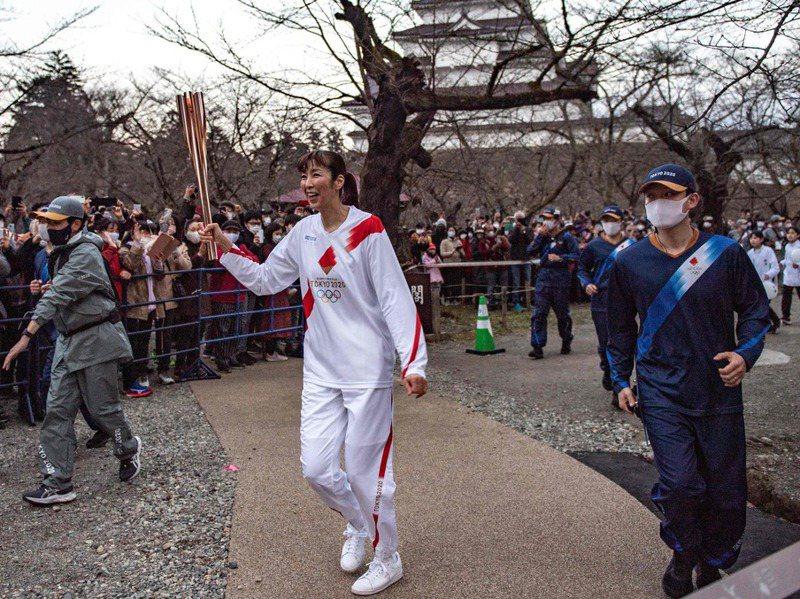 日本前奧運女排名將大林素子在福島擔任傳遞聖火的跑者,沿途得到民眾的加油、歡聲。法新社