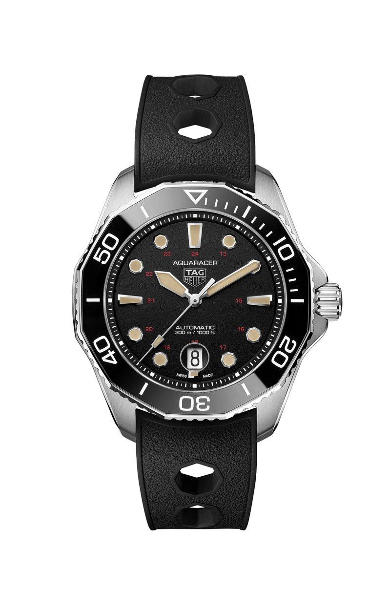 泰格豪雅Aquaracer Professional 300米自動腕表Ref. 844復刻版,鈦金屬表殼搭配黑色陶瓷表圈,限量844只約14萬3,000元。圖/TAG Heuer提供