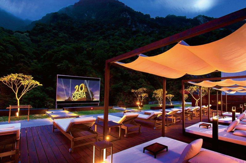 住宿可免費使用飯店設施,每晚十點頂樓峽谷星空電影院浪漫播映。圖/太魯閣晶英提供
