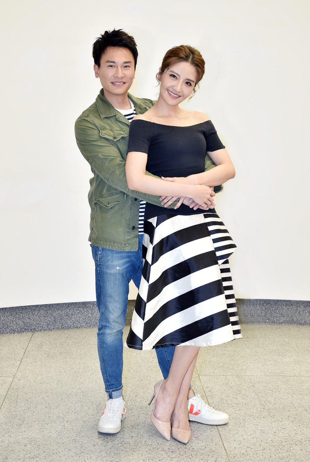 王建復(左)和李宣榕不約而同穿情侶裝。圖/TVBS提供