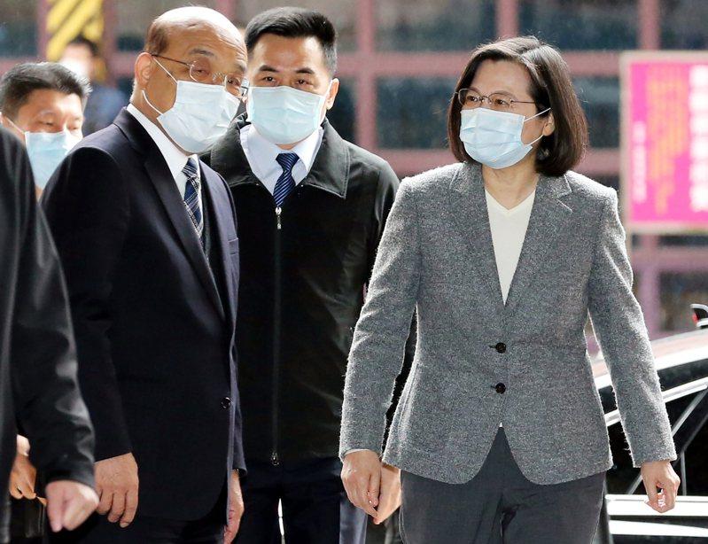 行政院長蘇貞昌(左)今天出席太魯閣事故聯合追思公祭前神隱9天,在院內連日召集多場與台鐵相關會議,被認為是在補破網。圖/聯合報系資料照片