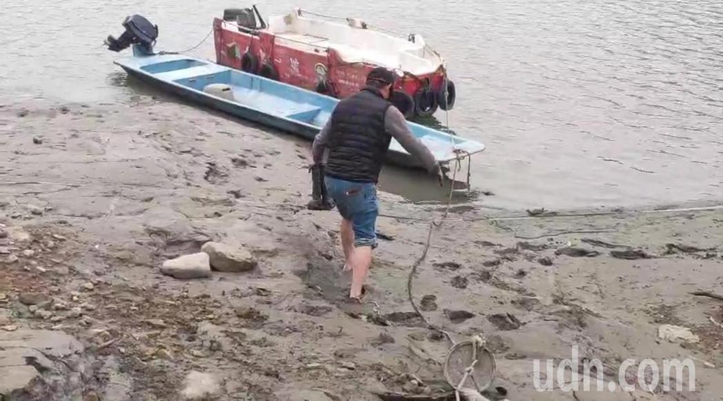 石門水庫逢枯水期水位嚴重下降,仙島碼頭成泥地。記者鄭國樑/攝影