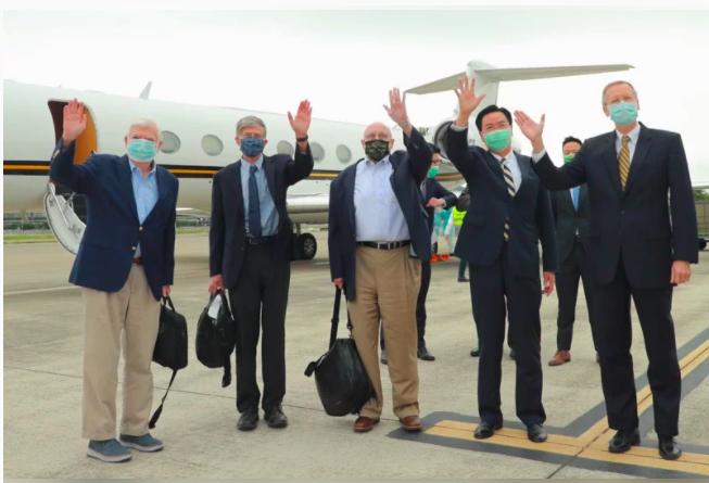 美國前參議員陶德(左一)、前副國務卿阿米塔吉(左三)及史坦伯格(左二),昨天搭乘...