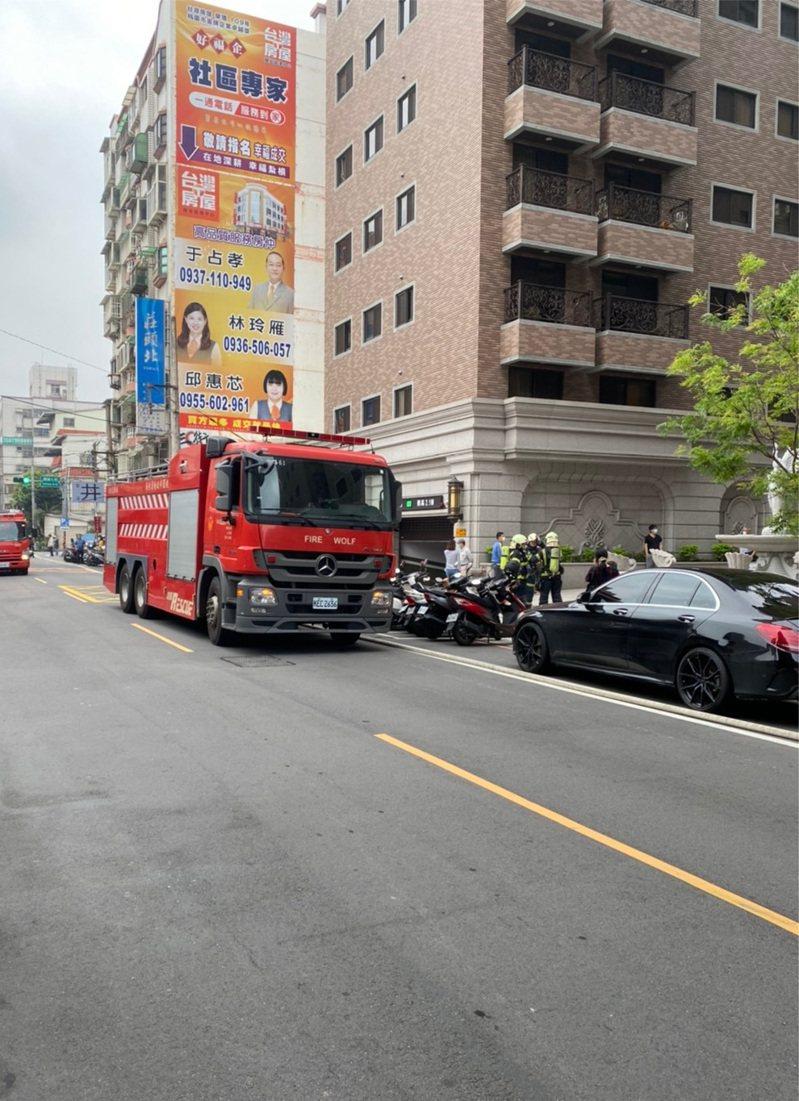 消防車抵達現場後停在郭姓民眾車(右)前。圖/讀者提供