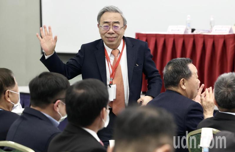工總今天改選,王文淵(中)連任理事長,揮手向在場出席會員代表致意,致詞時籲政府改善兩岸關係。記者林俊良/攝影