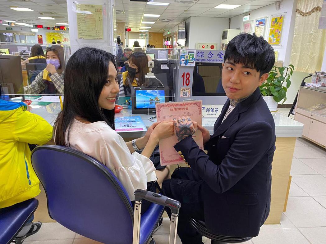 謝和弦(右)昨與莉婭赴三重戶政事務所正式登記結婚。圖/莉婭提供