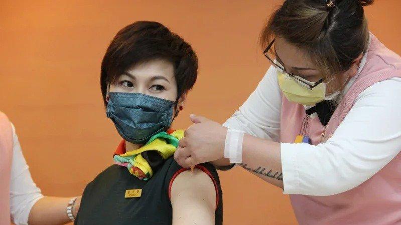 金管會保險局昨(15)日宣布開放國內首張疫苗險上市。圖為長榮空服員前往部立桃園醫...