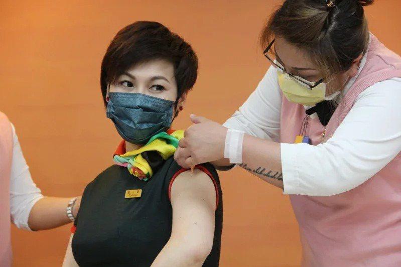 金管會保險局今宣布開放國內首張疫苗險上市。圖為長榮空服員前往部立桃園醫院接種疫苗...