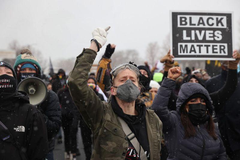 萊特之死引發明尼阿波利斯市市民連兩天在布魯克林中心市警察局示威抗議,圖為13日示威情形。法新社