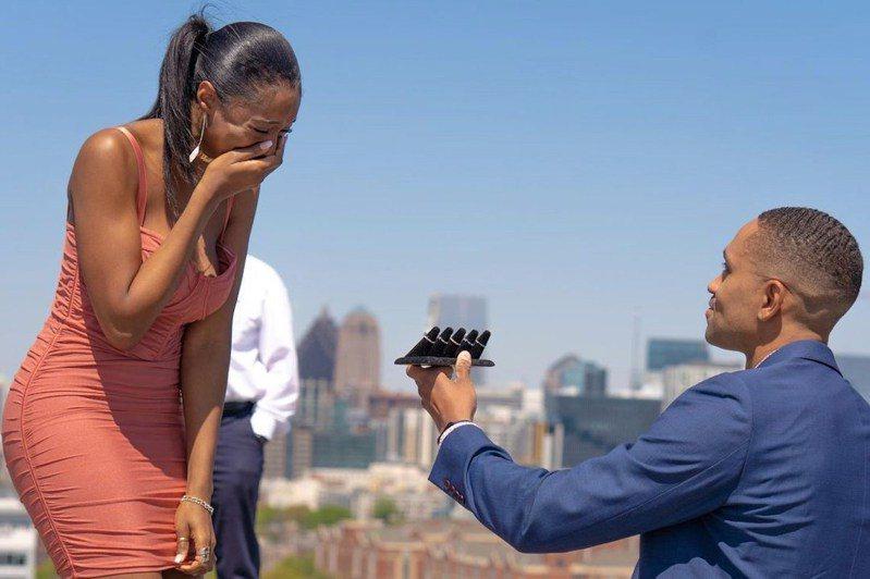 男子胡恩拿五枚鑽戒向女友求婚。摘自NBC新聞網