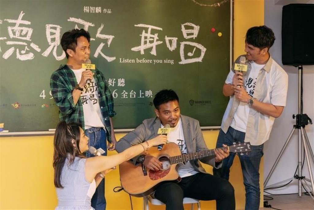 馬志翔、撒基努、徐詣帆出席「聽見歌 再唱」台中首映會,現場尬歌。圖/華納兄弟提供