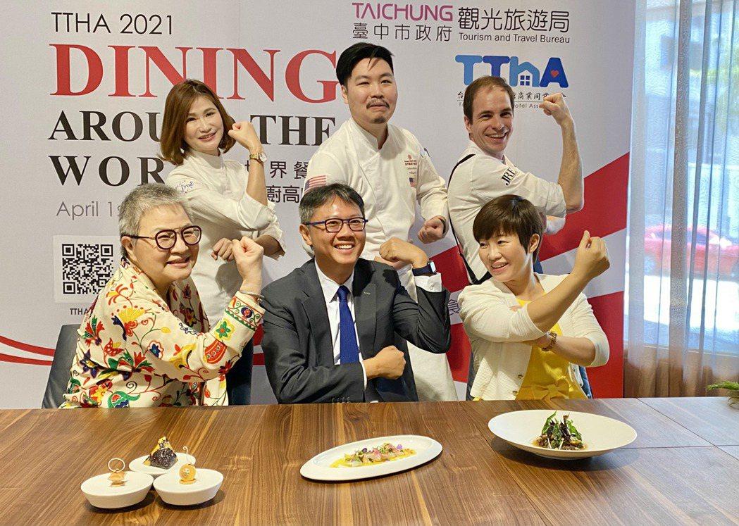 台中市觀光旅館公會理事長廖國宏(前排中)積極推動跨國的廚藝交流。記者宋健生/攝影