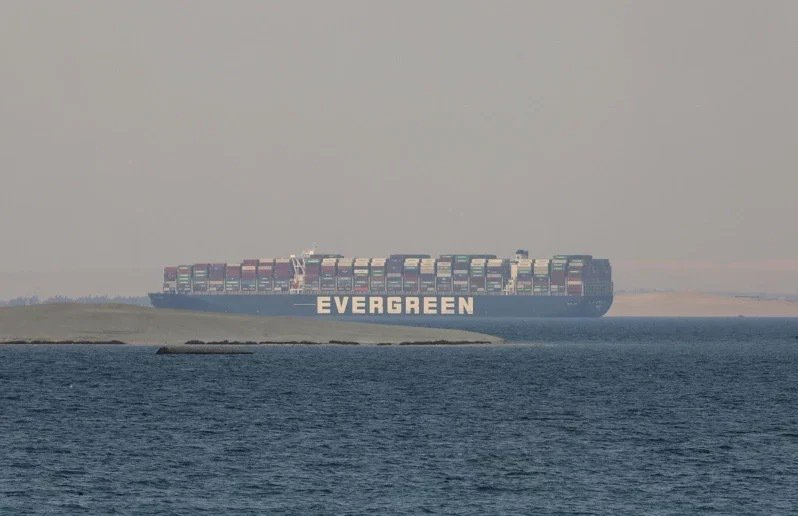 長賜輪遭埃及法院諭令扣押,待船公司支付9億美元賠償金才會放行。美聯社
