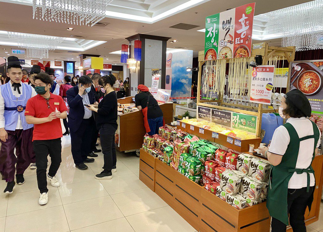 現場囊括韓國夢幻美食、熱門點心與小吃,希望喚起消費者心中韓系粉紅泡泡。記者宋健生...