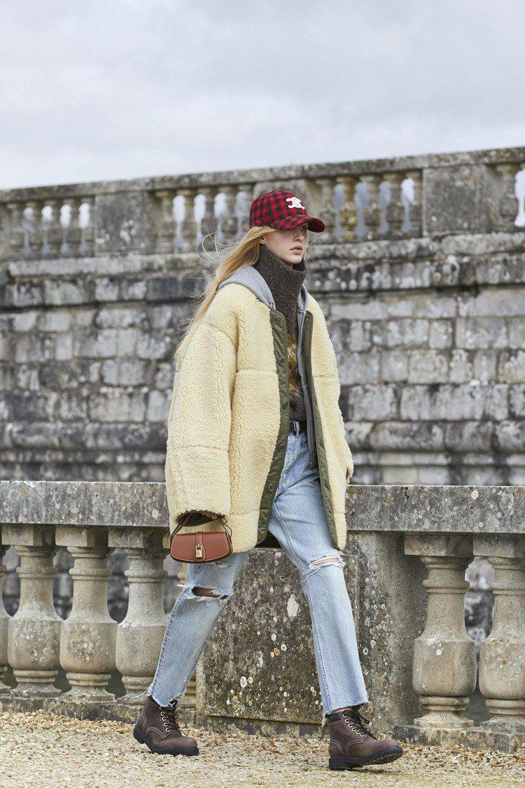 棒球帽、丹寧褲表現年輕朝氣。圖/CELINE BY HEDI SLIMANE提供