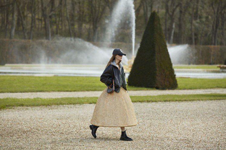 冬季女裝顯現了濃烈的法式情懷,Hedi Slimane融入了高級訂製洋裝設計。圖...