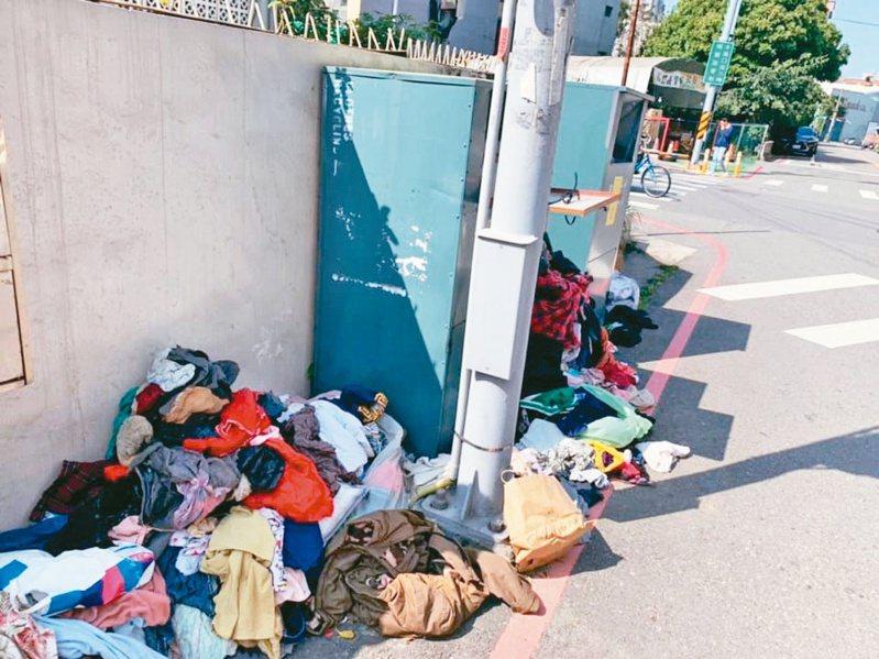 新竹市舊衣回收箱今年過年出現多處爆箱情形,社福團體清不勝清。圖/新竹市脊髓損傷者協會提供