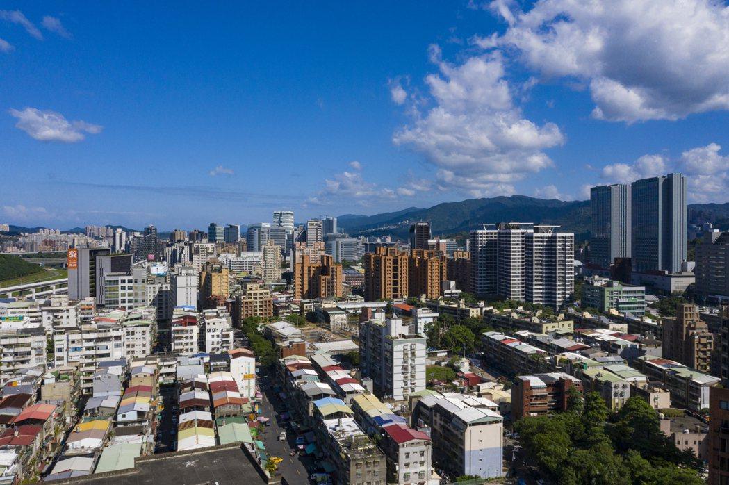南港重陽路西側舊透天、老公寓居多,不少建案朝向都更危老方式進行,吸引在地剛性買盤...